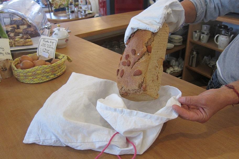 Brot im mitgebrachten Stoffbeutel